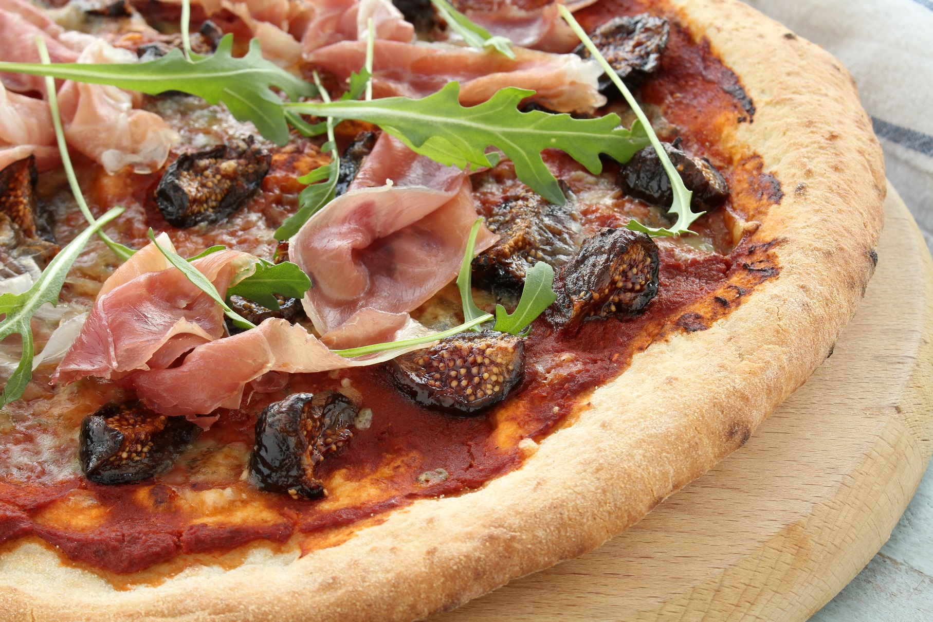 Pizza with semi-dried figs and raw ham